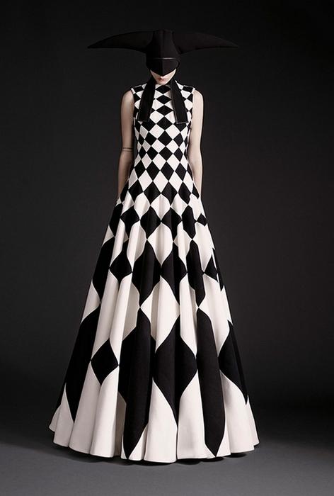 Платье в пол - ещё один загадочный образ.