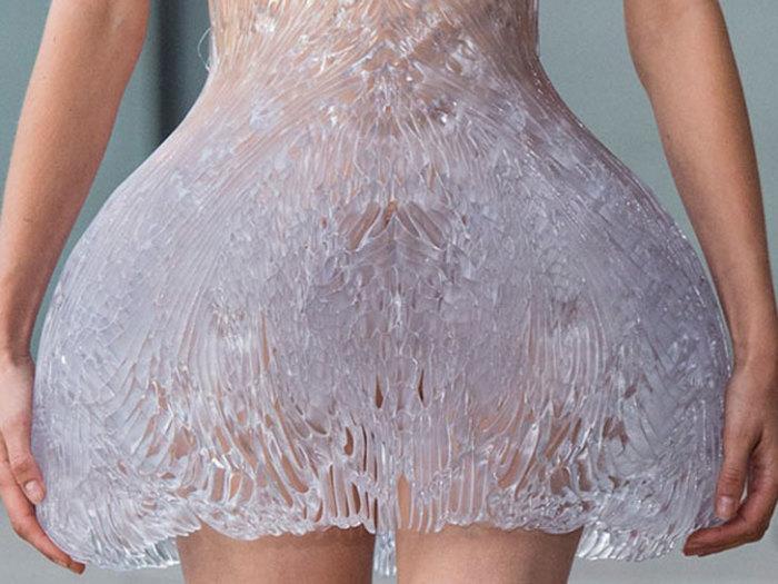 Ледяной рисунок необычного платья.