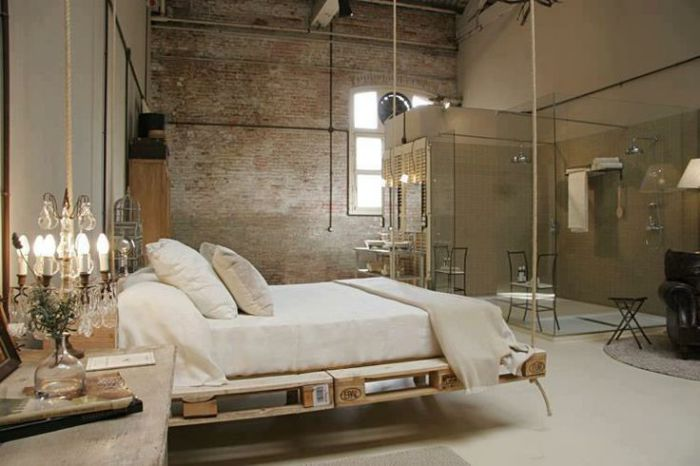 Подвесная кровать из деревянных поддонов.