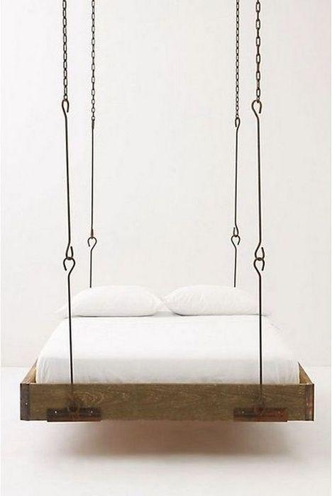Подвесная кровать на цепях.
