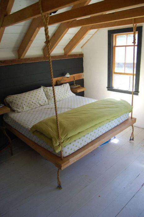 Кровать, закреплённая на балках.