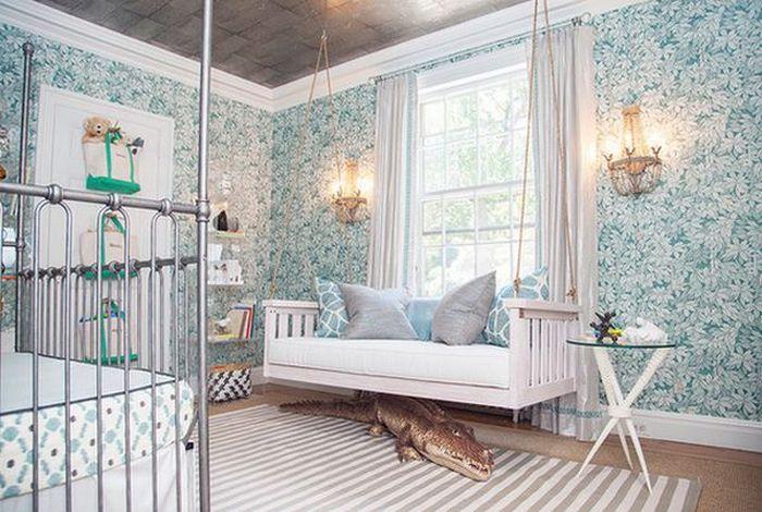 Детская подвесная кровать в родительской спальне.