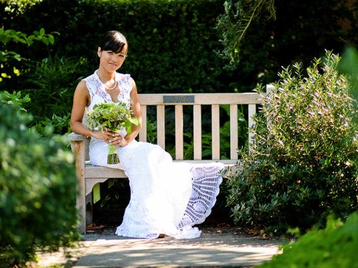 Чи Крнета в вязанном свадебном платье.