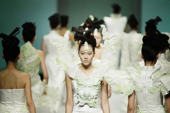 Традиционные китайские символы в модной коллекции.