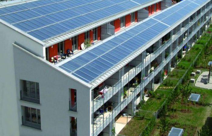 Классика. Солнечные батареи на крыше.