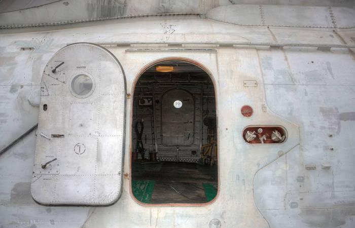 В летящем самолете дверь открыть нереально.