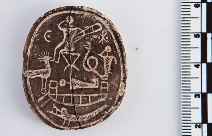 1500-летний амулет из глины размером с монету.