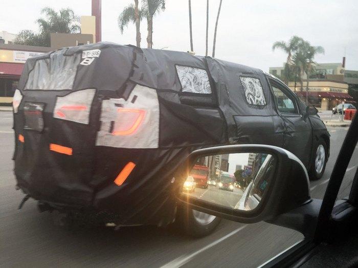 Загадочный Chrysler на улицах Лос-Анджелеса/