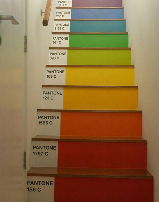 Арт-объект «Лестница от Pantone».