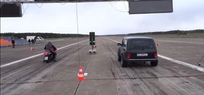 Обгоняет спортивные мотоциклы и машины. |Фото: youtube.com.