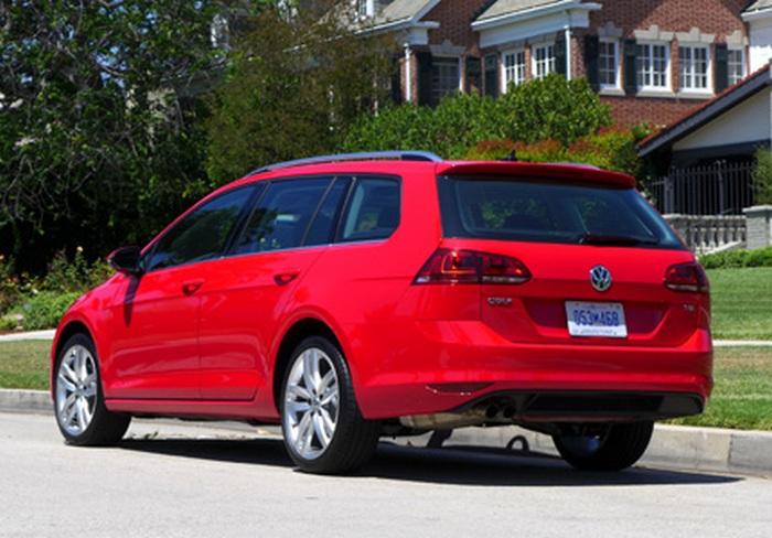 Автомобиль Volkswagen Golf SportWagen.