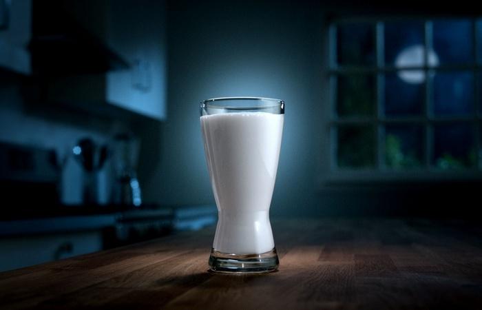 Поможет заснуть: теплое молоко.