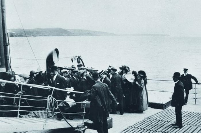 Американский врач осматривает пассажиров обречённого корабля.