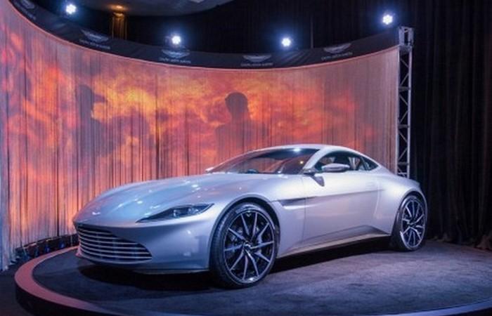 Суперкар Aston Martin DB10.