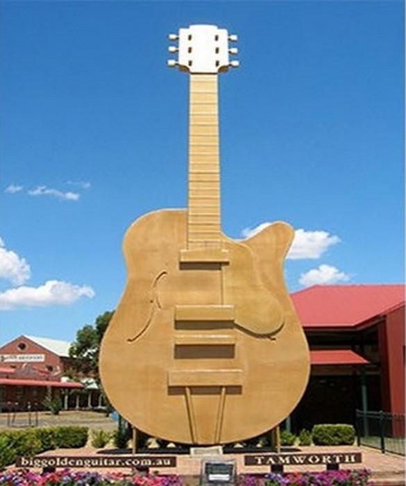 Гитара-гигант.