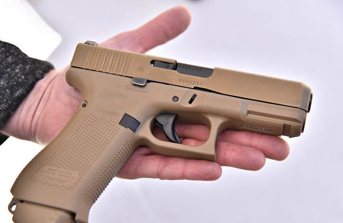 Резиновый пистолет. | Фото: gunsweek.com.