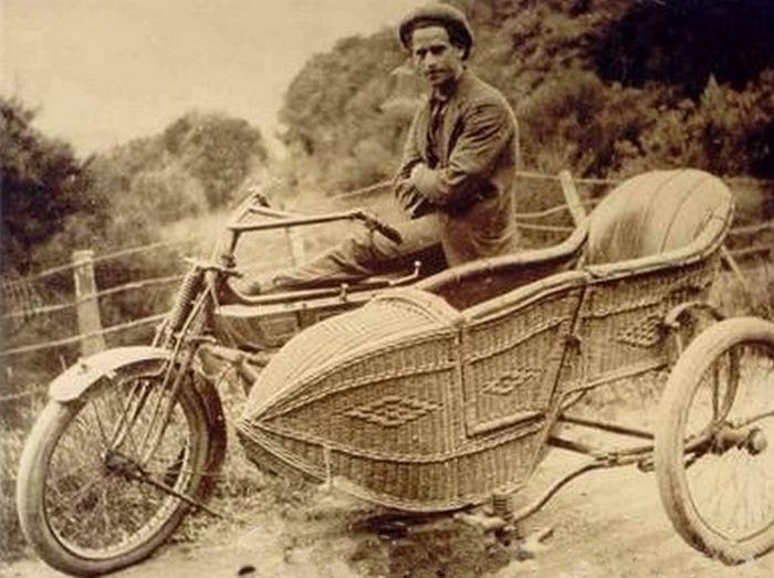 Байк с плетённой коляской.