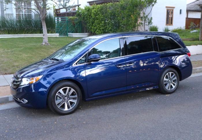 Автомобиль Honda Odyssey 5-Door Touring Elite.
