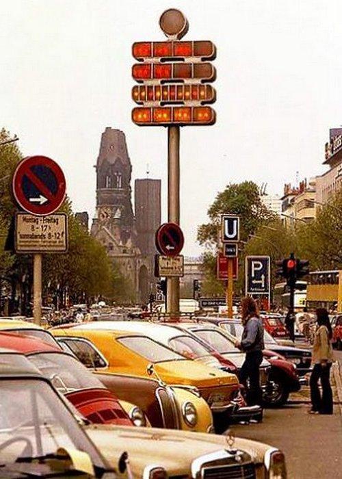 Берлинские часы на своем первоначальном месте на углу Курфюрстендамм и Уландштрасе.