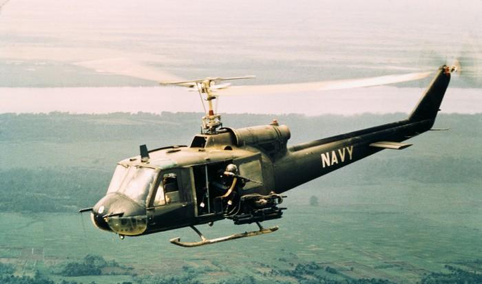 Пилот армейского вертолета спас сотни вьетнамцев.