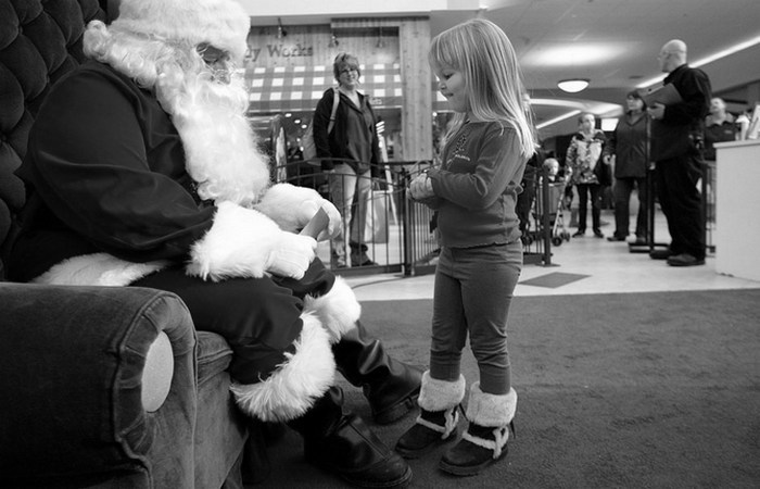 Санта-Клаус в торговом центре.