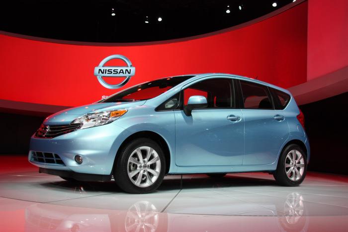 Nissan Versa - седан для начинающего водителя/