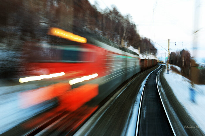 Тормозить на высокой скорости почти бесполезно.  Фото: stihi.ru.