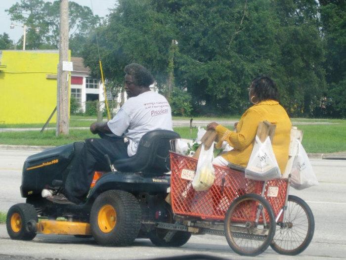 Автомобиль для поездок в супермаркет.