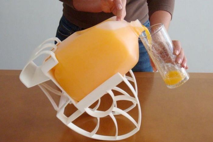 Смешной кухонный гаджет: кресло-качалка для кувшина «Roll N Pour».
