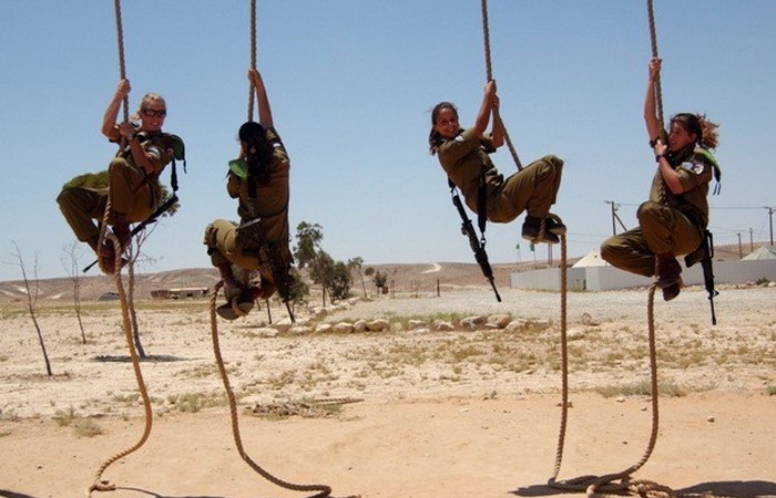 Устаревшая олимпийская дисциплина: подъем по веревке.