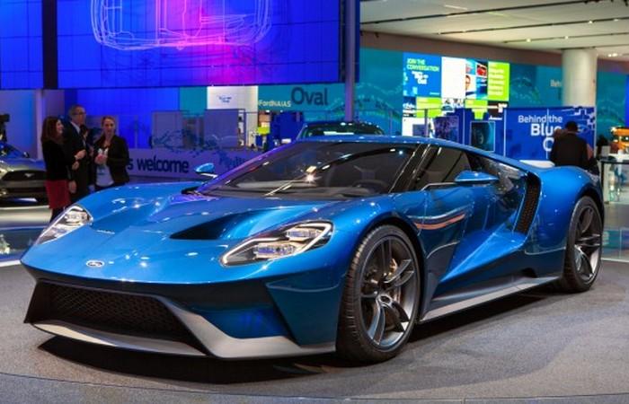 Автомобиль Ford GT.