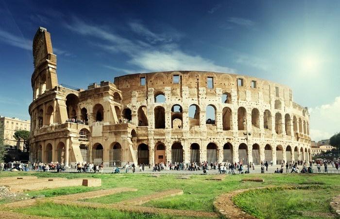 Туристы, выцарапавшие инициалы в римском Колизее.