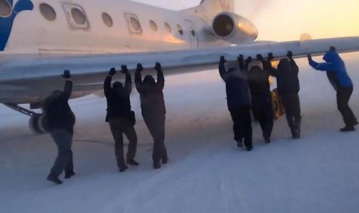 Российские вахтовики толкали по взлётно-посадочной полосе самолет.