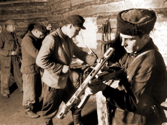 Создавались партизанские оружейные мастерские.