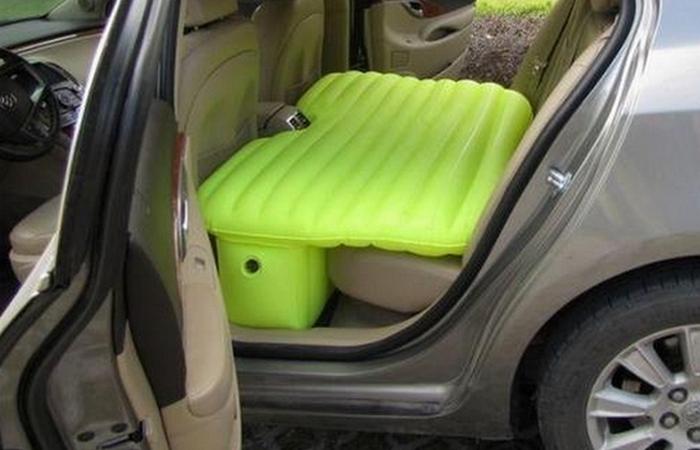 Автомобильный гаджет: диван для заднего сидения.