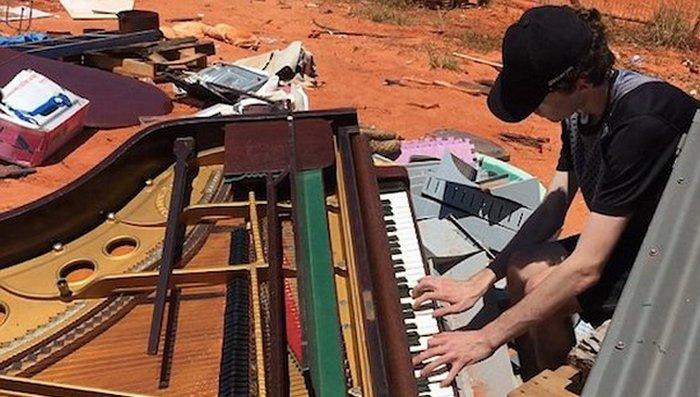 В Австралии нашли детский рояль.