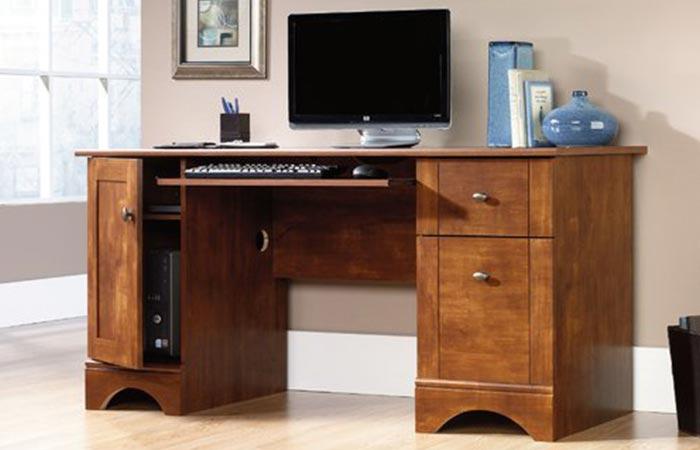 Тяжелый и надежный стол для самых взрослых.