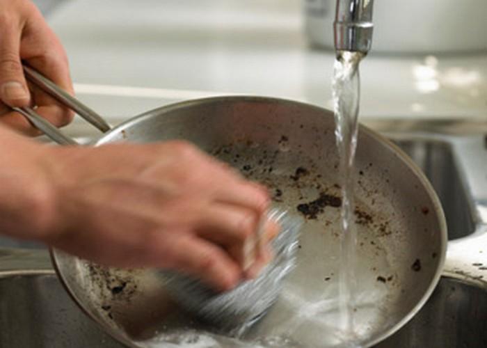 Кофейная гуща поможет удалить жир и грязь.