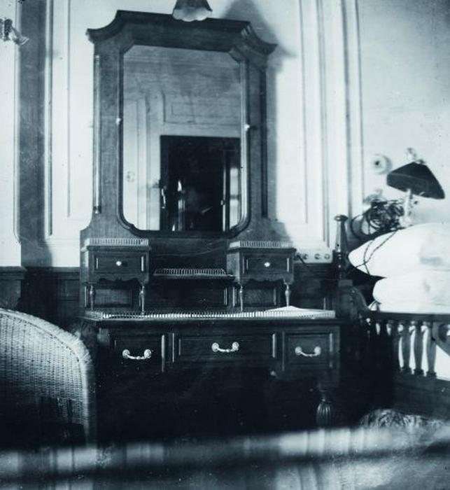 Спальня в каюте класса люкс на борту Титаника.