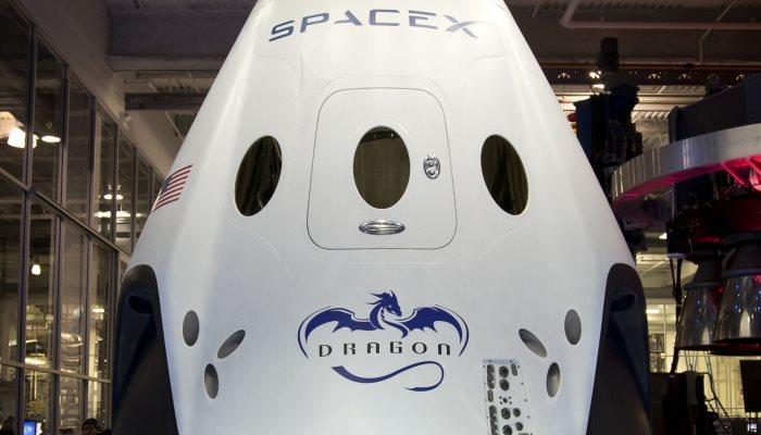 Dragon первый корабль для полёта в космос.