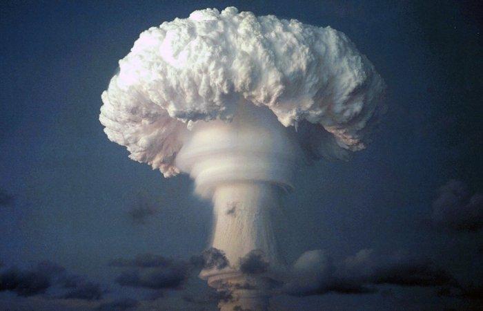 Взрыв атомной бомбы.