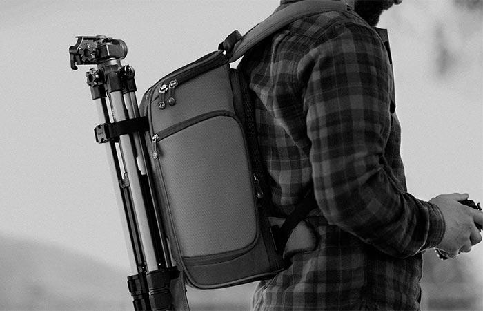 К рюкзаку легко прикрепить штатив.