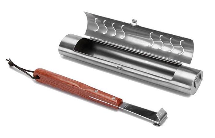 Комплект кухонных инструментов для готовке мяса на гриле.