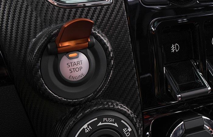 Запускается автомобиль кнопкой старта.