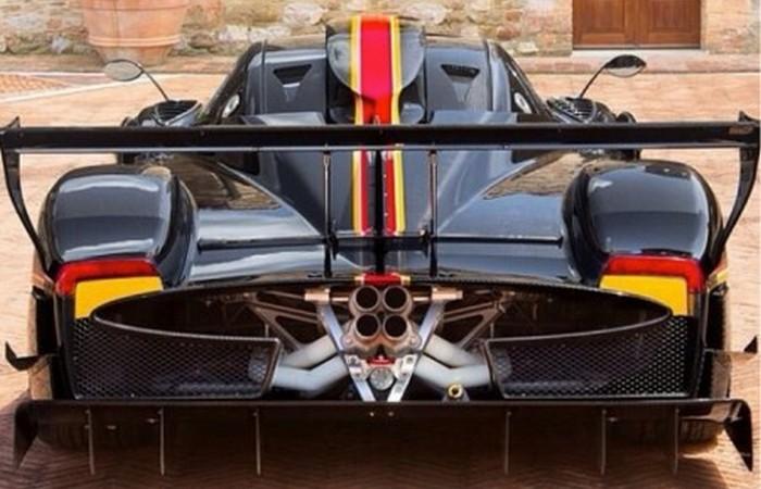 Спортивный автомобиль Pagani Zonda Revolucion.