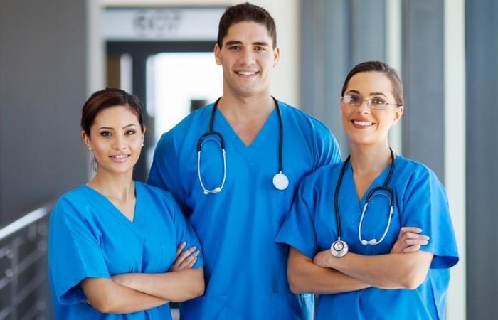 Медсестер любят пациенты за внимание и заботу.