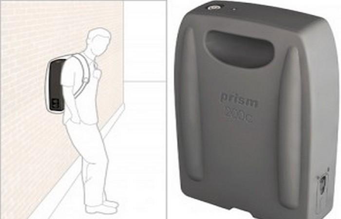 Прислонившись сумкой к стене дома, можно получить 3D схему здания.