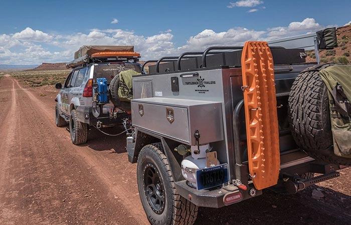 На прицеп крепится запасное колесо, стандартные инструменты, газовый баллон.