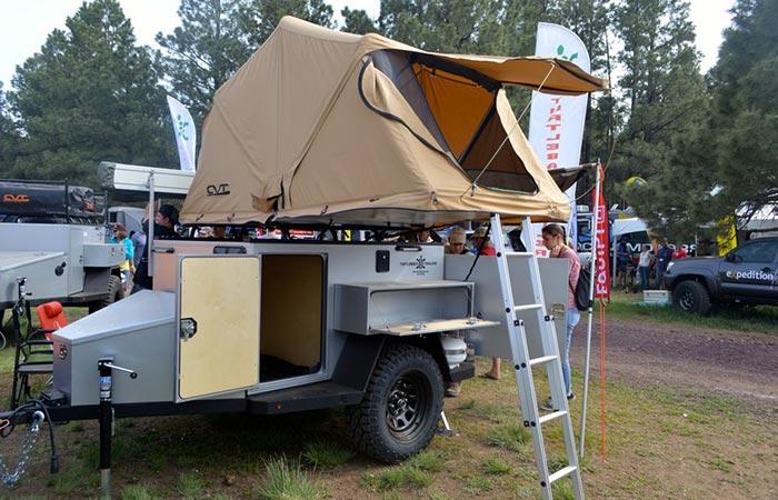 Палатка установлена на верхней части прицепа.