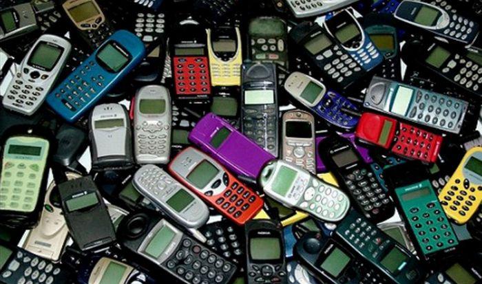 Старые сотовые телефоны.